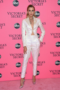 Stella+Maxwell+Victoria+Secret+Viewing+Party+nB36Gd7qjPIx.jpg