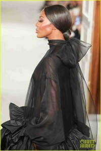 naomi-campbell-sheer-gown-valentino-show-02.jpg