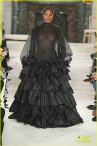 naomi-campbell-sheer-gown-valentino-show-05.jpg