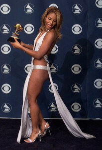 Toni Braxton at the GRAMMYs in 2001 a04.jpg