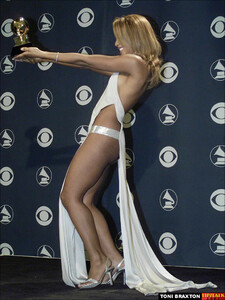 Toni Braxton at the GRAMMYs in 2001 a03.jpg