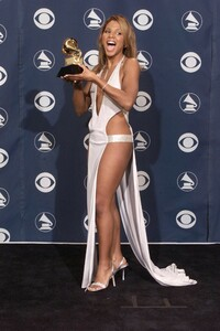 Toni Braxton at the GRAMMYs in 2001 a01.jpg
