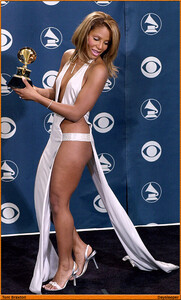 Toni Braxton at the GRAMMYs in 2001 a05.jpg