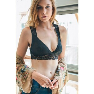 lace-keyhole-losangeles-trending-beautiful-girly-spring-summer-2018-wholesale-bralette-black..thumb.jpg.1a7f55bda2ce47a7a5def7fe966c6bbb.jpg