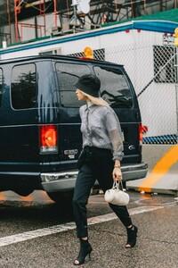 street_style_new_york_fashion_week_pantalones_vestidos_looks_tendencias_otono_2018_2019_913892020_1200x1800-683x1024.jpg