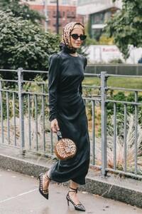 street_style_new_york_fashion_week_vestido_falda_abrigo_looks_tendencias_otono_2018_2019_258282084_1200x1800-683x1024.jpg