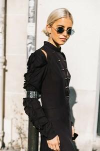 vogue-spain-looks_paris_fashion_week_zapatos_terciopelo_abrigo_cuadros_botas_faldas__680714019_1200x1800-683x1024.jpg