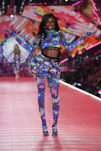 lingerie-new-angel-2019-leomie-anderson-runway-2018-2-victorias-secret-hi-res.jpg