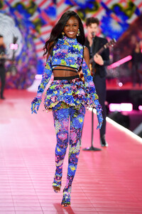 lingerie-new-angel-2019-leomie-anderson-runway-2018-victorias-secret-hi-res.jpg