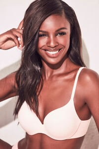 lingerie-new-angel-2019-leomie-anderson-t-shirt-bra-victorias-secret-hi-res.jpg