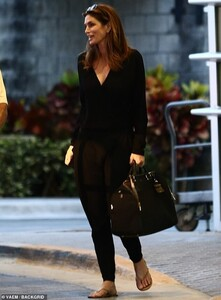 12759070-6964223-Bags_in_tow_The_supermodel_carried_a_large_black_bag_to_stow_all-m-126_1556302238248.jpg