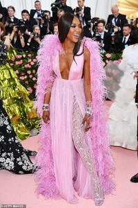 13175480-6999717-Feathered_flight_Naomi_Campbell_accessorized_her_feathered_ensem-a-38_1557195815360.jpg