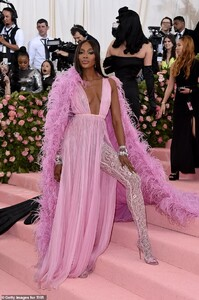 13177874-6999717-Thigh_high_lace_A_high_slit_in_the_dress_revealed_Naomi_s_right_-a-18_1557198717936.jpg