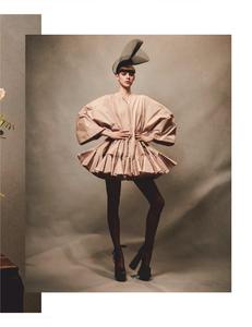 Komarovski_Vogue_Germany_April_2019_02.thumb.png.0bedc16244f2e8b0db344cd841e5d1f5.png