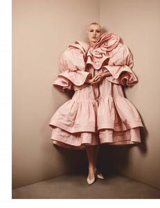 Komarovski_Vogue_Germany_April_2019_05.thumb.png.478512cb6930d6ac5c0e982204474df2.png