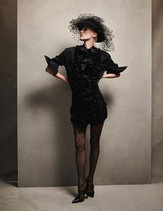 Komarovski_Vogue_Germany_April_2019_09.thumb.png.8d61329375477ee4e3095fe854e02096.png