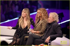 heidi-klum-joined-by-tyra-banks-fiance-tom-kaulitz-at-germanys-next-top-model-live-final-03.jpg