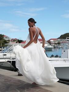 White-gown1.thumb.jpg.124082e0d4d4d1da29d2497c44779a19.jpg
