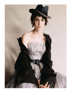 vogue-uk-2013-10-oct-3156.thumb.png.356f84cfd314d07890826cedd8c39626.png