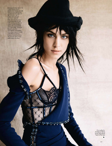 vogue-uk-2013-10-oct-3178.thumb.png.a2dc7f002990e8c6e919d0541a750226.png