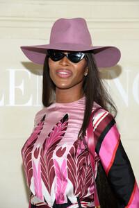Naomi+Campbell+Valentino+Front+Row+Paris+Fashion+NDRzz_MW8JGx.jpg