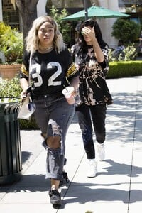 kylie-jenner-goes-for-pizza-with-jordyn-woods-at-fresh-brothers-in-calabasas-9-2-2016-4.jpg
