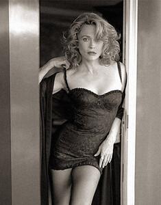 Faye Dunaway - nightie.jpg