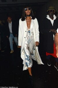 18982096-7509479-Star_studded_Fashion_icon_Naomi_Campbell_took_the_plunge_in_an_i-a-6_1569531257918.jpg