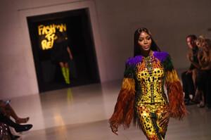 Naomi+Campbell+Runway+Fashion+Relief+London+h-LQmMkyiAUx.jpg