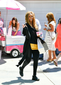 Tyra+Banks+Gabrielle+Union+Out+Los+Angeles+bWtLIwO3pc3x.jpg