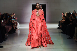 Naomi+Campbell+Runway+Fashion+Relief+London+5-TvUr4WD32x.jpg