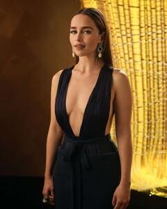 Emilia-Clarke---71st-Emmys-Portraits-by-Mark-Leibowitz-2019-01.thumb.jpg.9498dcc5373aab3c54f316ab940f6556.jpg
