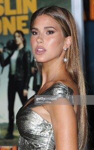 kara-del-toro-arrives-for-the-premiere-of-sony-pictures-zombieland-picture-id1175269195.jpg