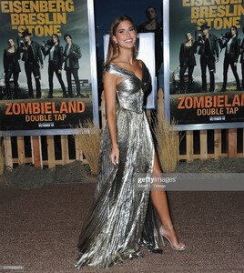 kara-del-toro-arrives-for-the-premiere-of-sony-pictures-zombieland-picture-id1175269374.jpg