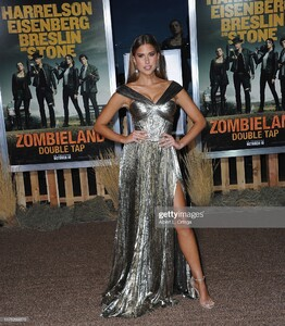 kara-del-toro-arrives-for-the-premiere-of-sony-pictures-zombieland-picture-id1175269375.jpg