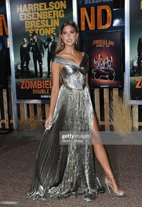 kara-del-toro-arrives-for-the-premiere-of-sony-pictures-zombieland-picture-id1175269391.jpg