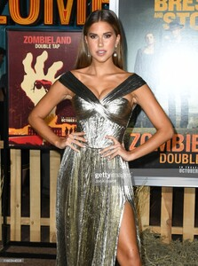 kara-del-toro-attends-the-premiere-of-sony-pictures-zombieland-double-picture-id1180344508.jpg