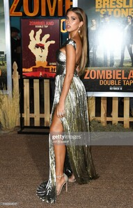 kara-del-toro-attends-the-premiere-of-sony-pictures-zombieland-double-picture-id1180344547.jpg