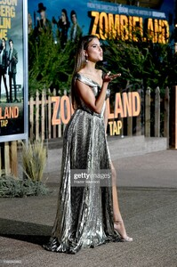kara-del-toro-attends-the-premiere-of-sony-pictures-zombieland-double-picture-id1180345962.jpg
