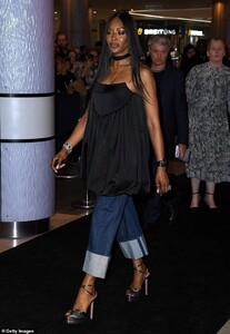 21505552-7728875-Runway_Naomi_was_seen_practising_her_runway_walk_as_she_strutted-a-6_1574809162519.jpg