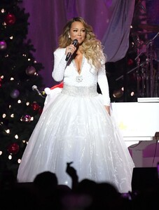 mariah-carey-all-i-want-for-christmas-is-you-in-nyc-12-15-2019-11.jpg
