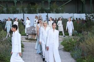 Chanel-Haute-Couture-SS20-Paris-2805-1579602874.thumb.jpg.dd8ecad526f90ad06fde4262d8ae3152.jpg