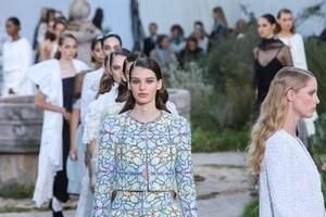 Chanel-Haute-Couture-SS20-Paris-2833-1579602883.thumb.jpg.e613081bb6825463506ada139c3761ea.jpg