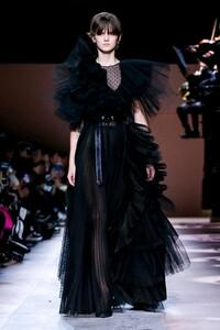 Givenchy-Haute-Couture-SS20-Paris-3530-1579638947.thumb.jpg.85a01640ccb32fc2629276433851a514.jpg