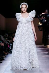 Givenchy-Haute-Couture-SS20-Paris-3636-1579639070.thumb.jpg.0dc747834814ad71abbb849e5d03a110.jpg