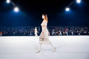 Jacquemus-Menswear-FW20-Paris-47504-1579369984.thumb.jpg.915527ac2e8c5632e7aeecbfcc9ae908.jpg