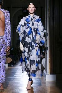 Valentino-Haute-Couture-SS20-Paris-1928-1579718374.thumb.jpg.66183b6e25638bbf132dfc04d2fb4b40.jpg