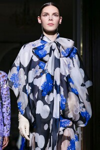 Valentino-Haute-Couture-SS20-Paris-1930-1579718375.thumb.jpg.8ea7cef209820d39bb7309f3ad4b3a01.jpg