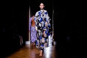 Valentino-Haute-Couture-SS20-Paris-24171-1579718329.thumb.jpg.20a895776dd9c27270760bd0198bf606.jpg
