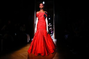 Valentino-Haute-Couture-SS20-Paris-24311-1579718425.thumb.jpg.68cd46a7eb12be7238a500c2f78c768b.jpg